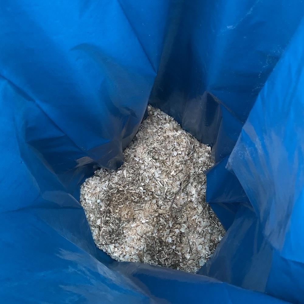 Eftersom fermentering skapar vätska och eklöven var ganska fuktiga placerade vi lite sågspån i botten av plastpåsen