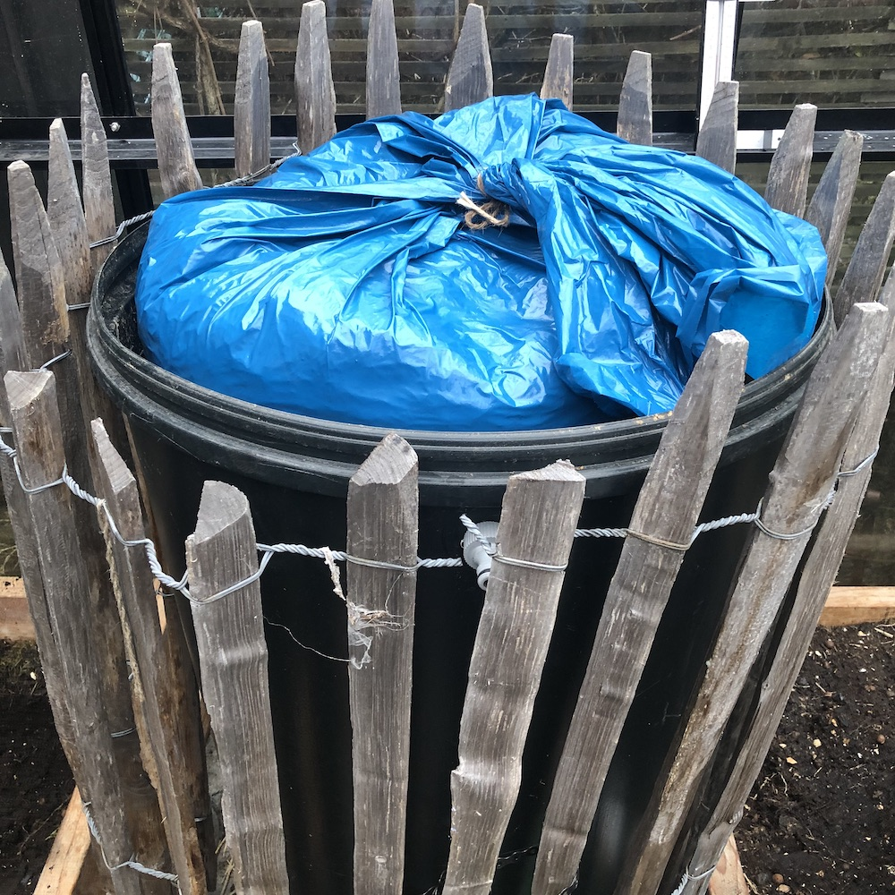 Enligt instruktion ska man placera sin fermentering i skugga. Men eftersom det är vinter valde jag att istället placera plastsäckarna från test 1 och test 2 i vattentunnan som just nu bor i växthuset. Detta i förhoppningen att temperaturen i påsarna ska hålla sig ungefär på den nivå som fungerar bäst för fermentering.