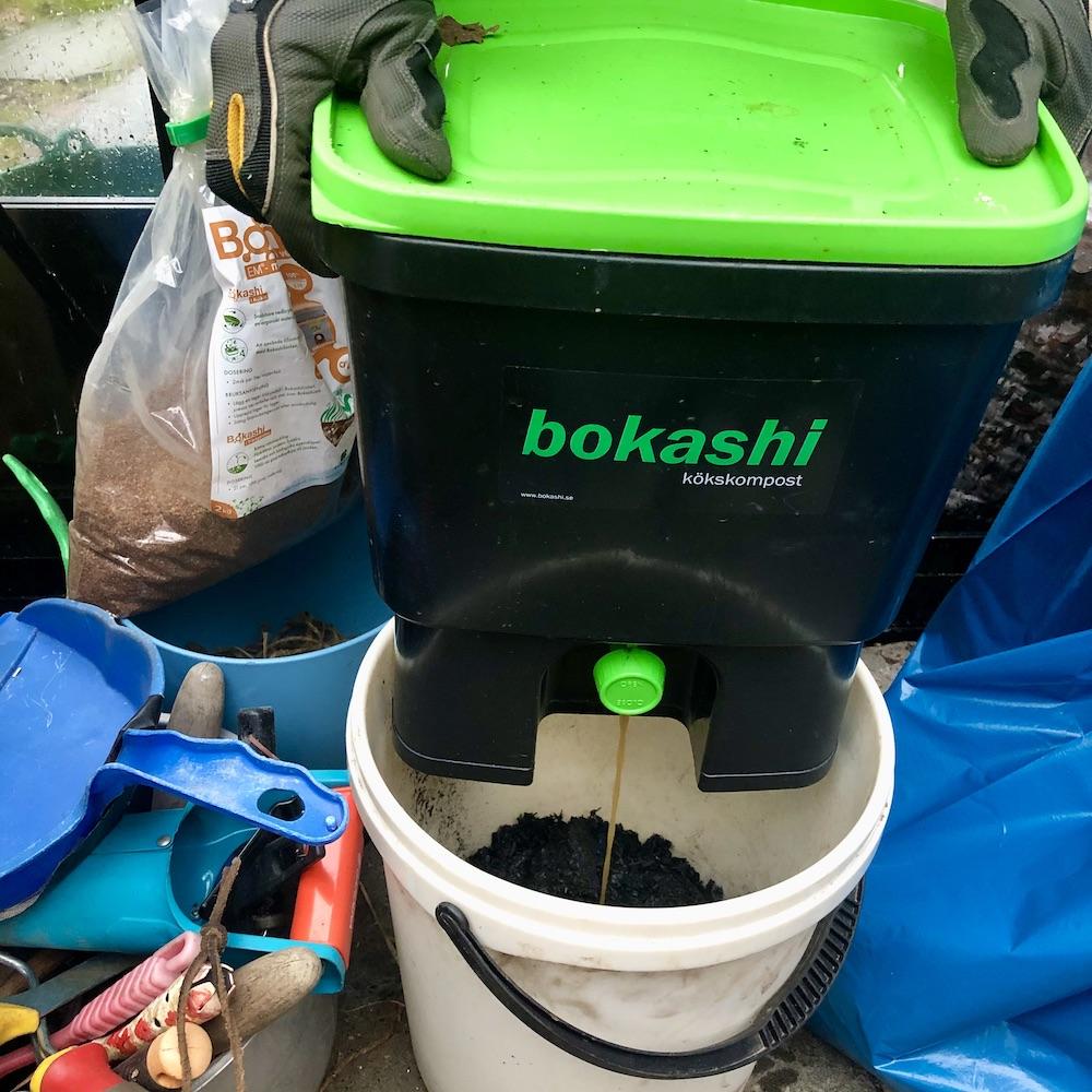 Biokolet laddas med bokashivätska